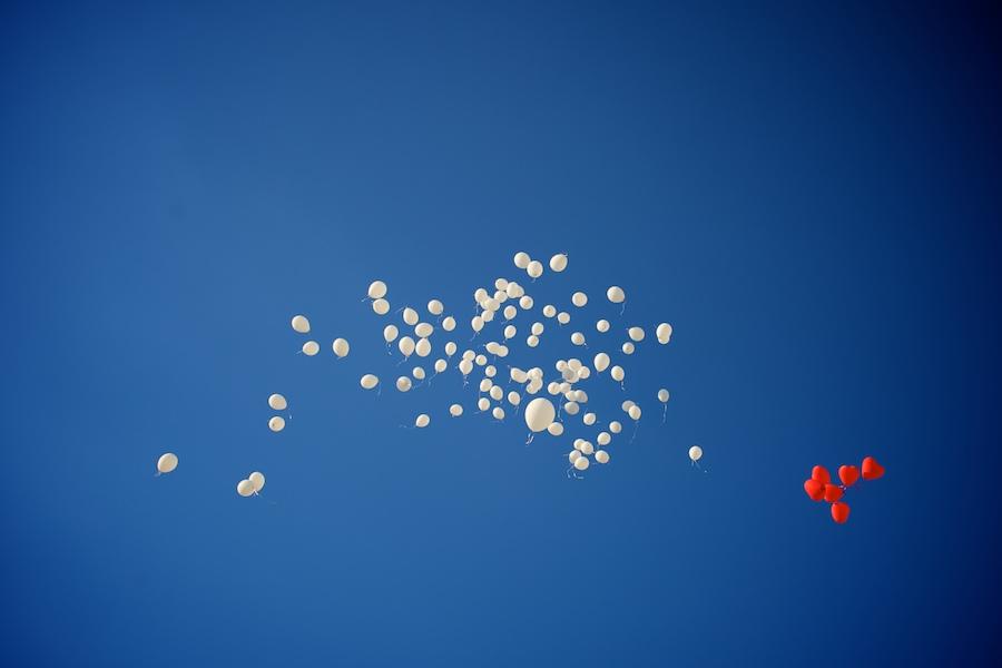 imagen cielo con globos reportaje bodas Di Nozze